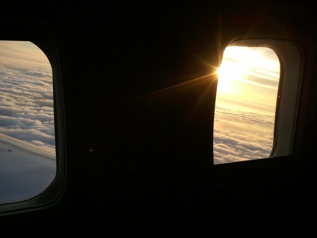 飛行機の窓は小さい